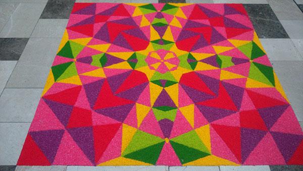 モールの床にインド系のお祝いディパバリ飾り2