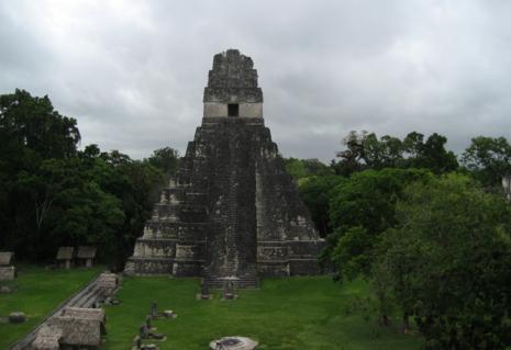 ティカル遺跡の中にある神殿の一つです