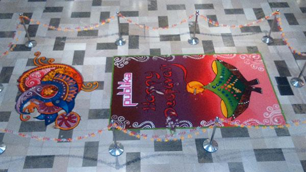 モールの床にインド系のお祝いディパバリ飾り