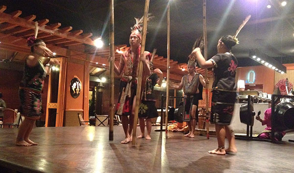 現地の民族のダンスショー
