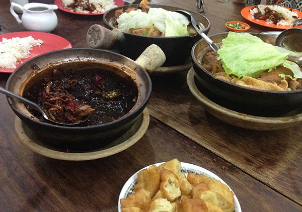 肉骨茶(左:ドライバクテー。右:普通のバクテー)