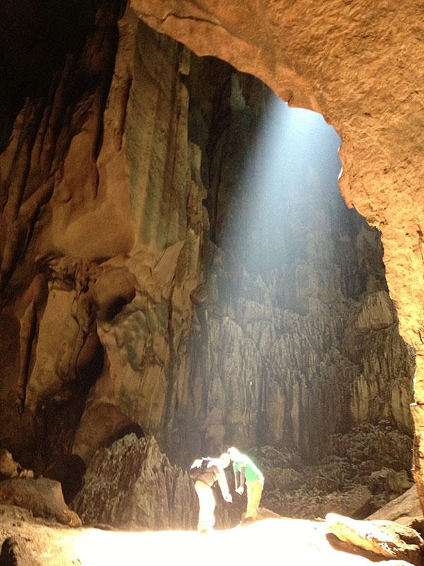 洞窟探検。昼頃には、上の穴から日光が差し込み幻想的な雰囲気に。