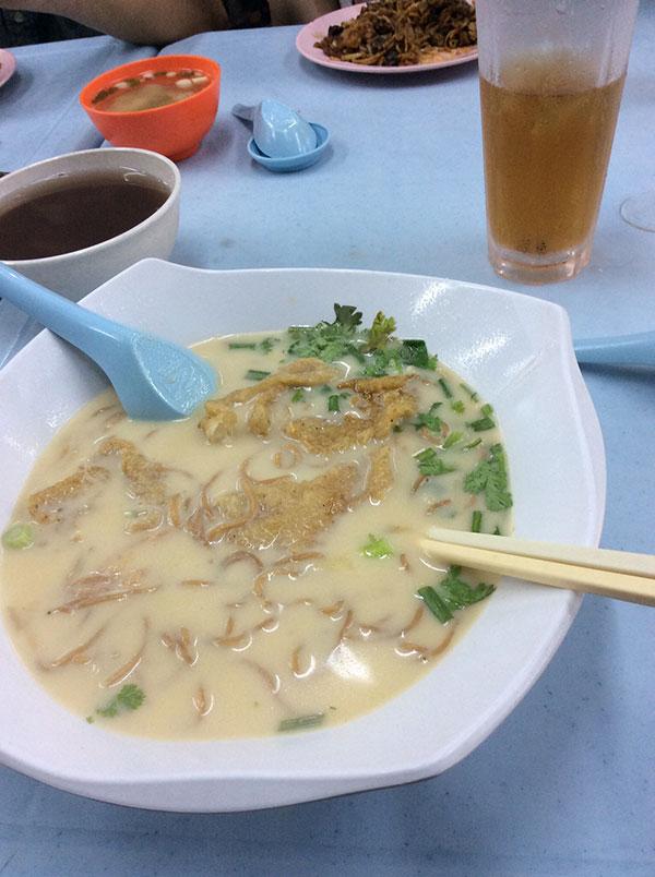 白身魚のフライの入った麺。パクチーが上にあります。